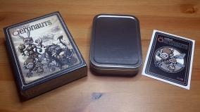 La boîte métal et le sticker pour décorer, exclu Kickstarter