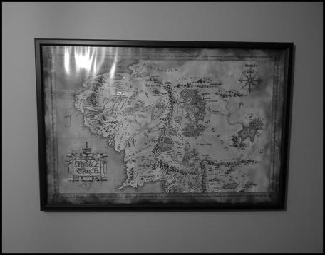 Au-dessus de Robert :) Mon meilleur pote, complice du hobby au passage, m'a offert plusieurs cartes des Terres du Milieu. C'est un sans faute car j'adore les cartes de manière générale, et ça colle tout à fait à l'ambiance que je souhaite créer.